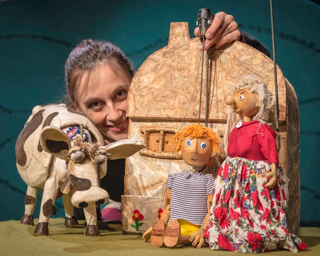 Animal puppet show for hire. Book Jack & the Chatty Beans Puppet Show for picnic events in the UK & London.