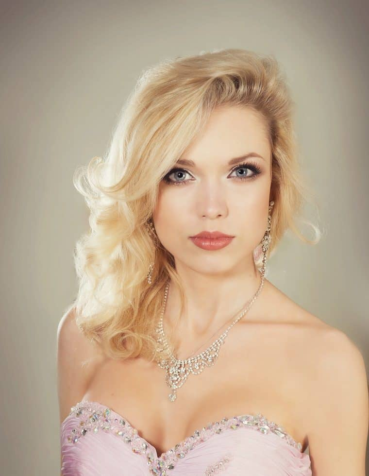 UK-based female vocalist for hire. Book our classical soprano singer for corporate events, weddings or award ceremonies in the UK & internationally.