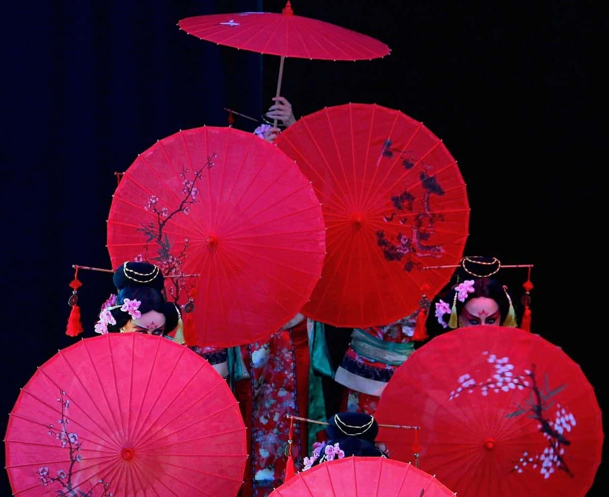Japanese Umbrella Dancers for hire. Our Japanese Parasol Dancers for Chinese New Year events, corporate events or Japanese events in London & the UK.