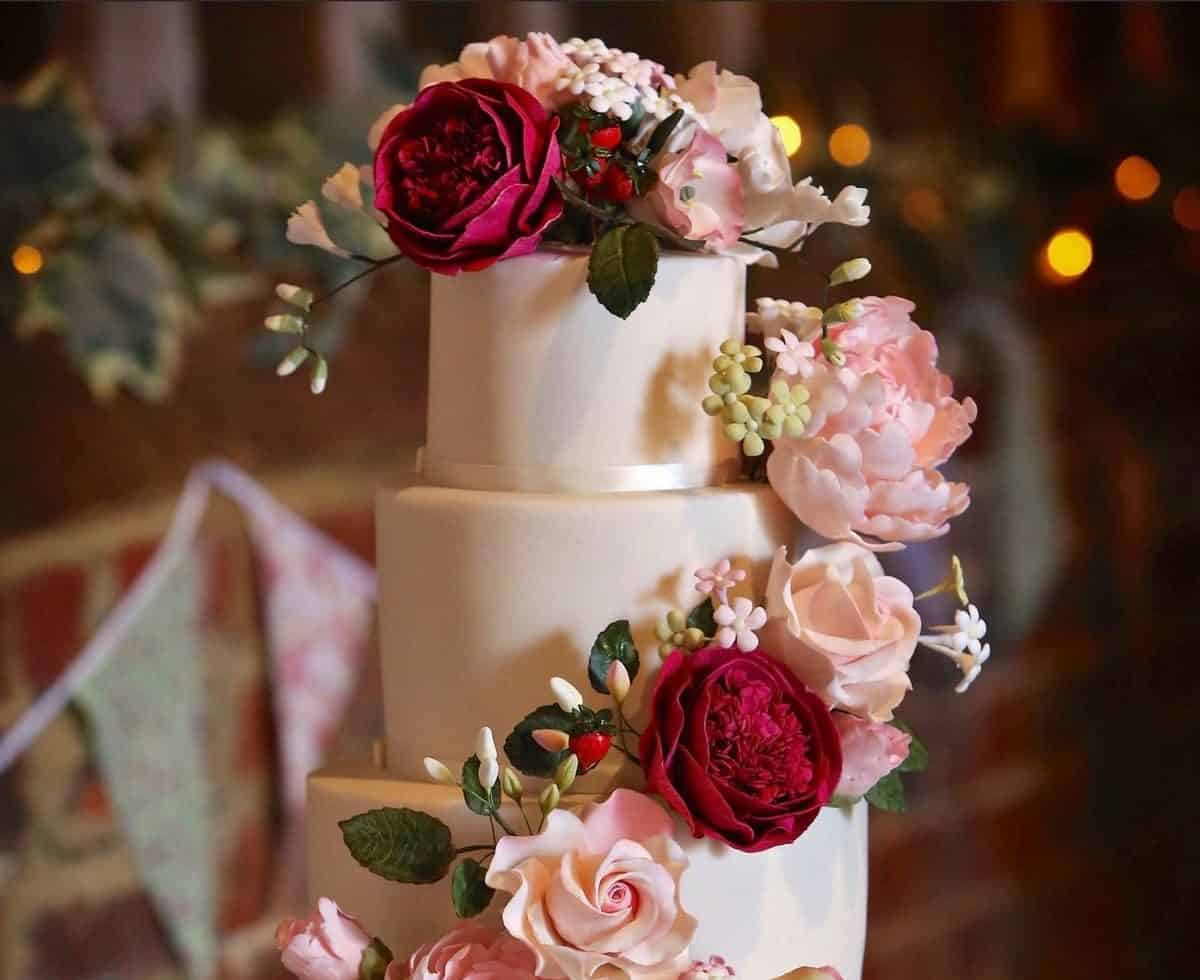 Rustic wedding cakes for hire. Book our bespoke cake & confectionery catering service for weddings or private events in London & the UK.