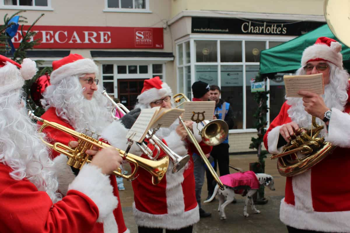 These Christmas street entertainers created a perfect festive event