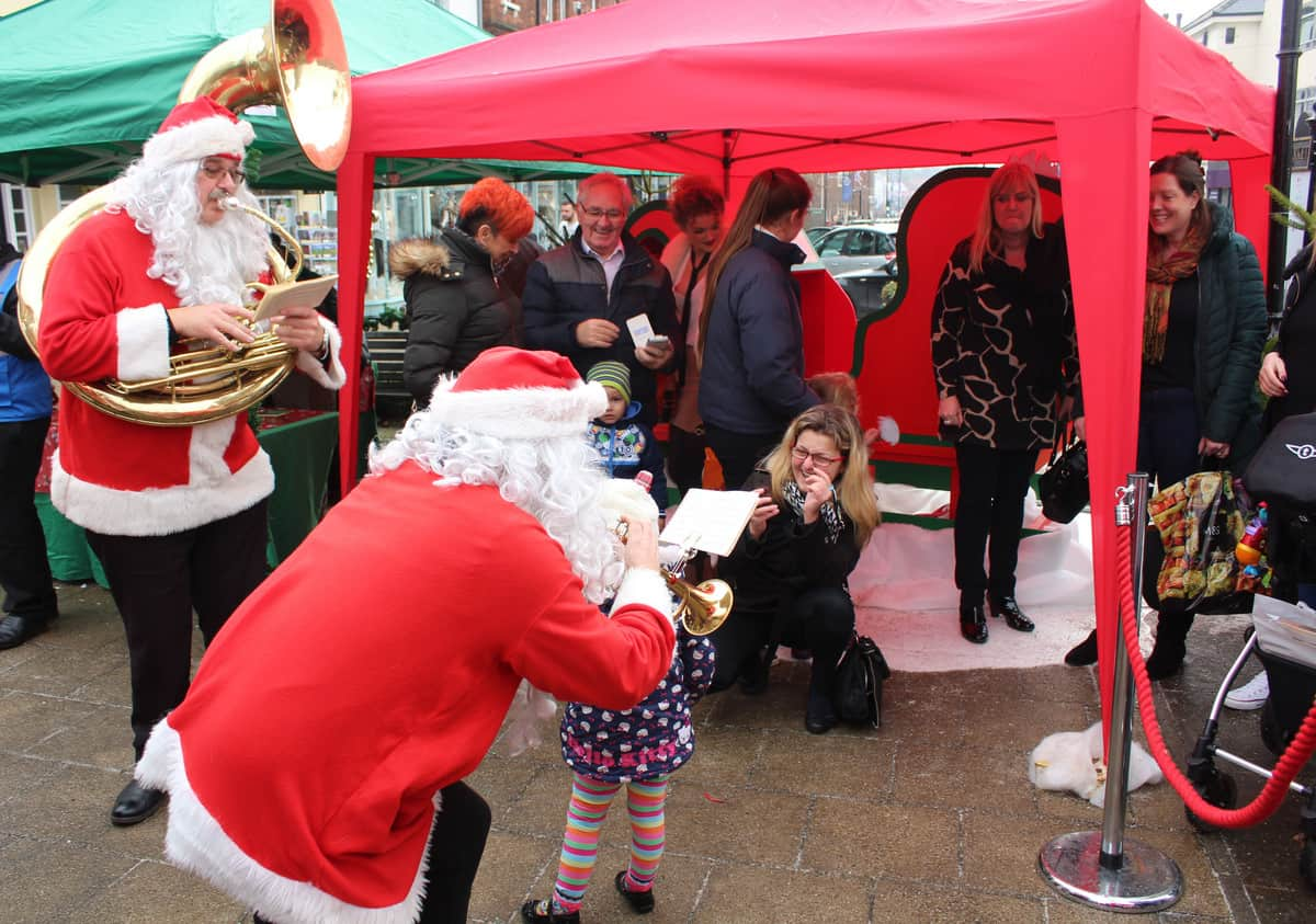 Our street entertainers serenading guests, getting them in the festive mood