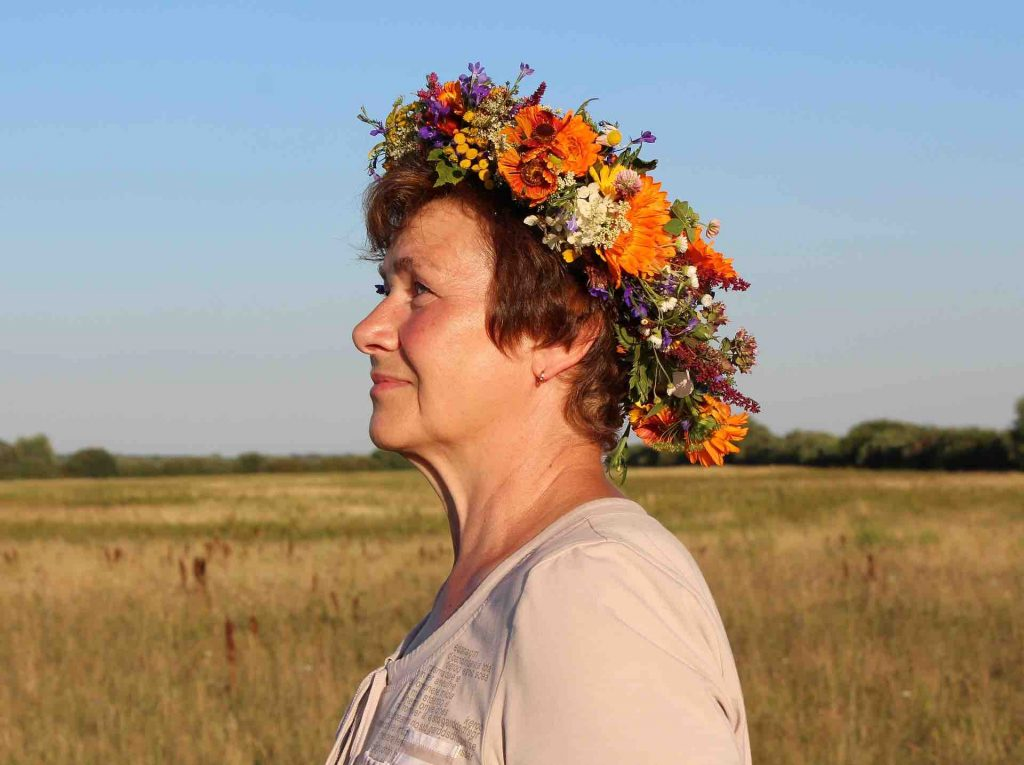 Virtual Flower Crown Workshop available to book for private and corporate virtual events and online classes