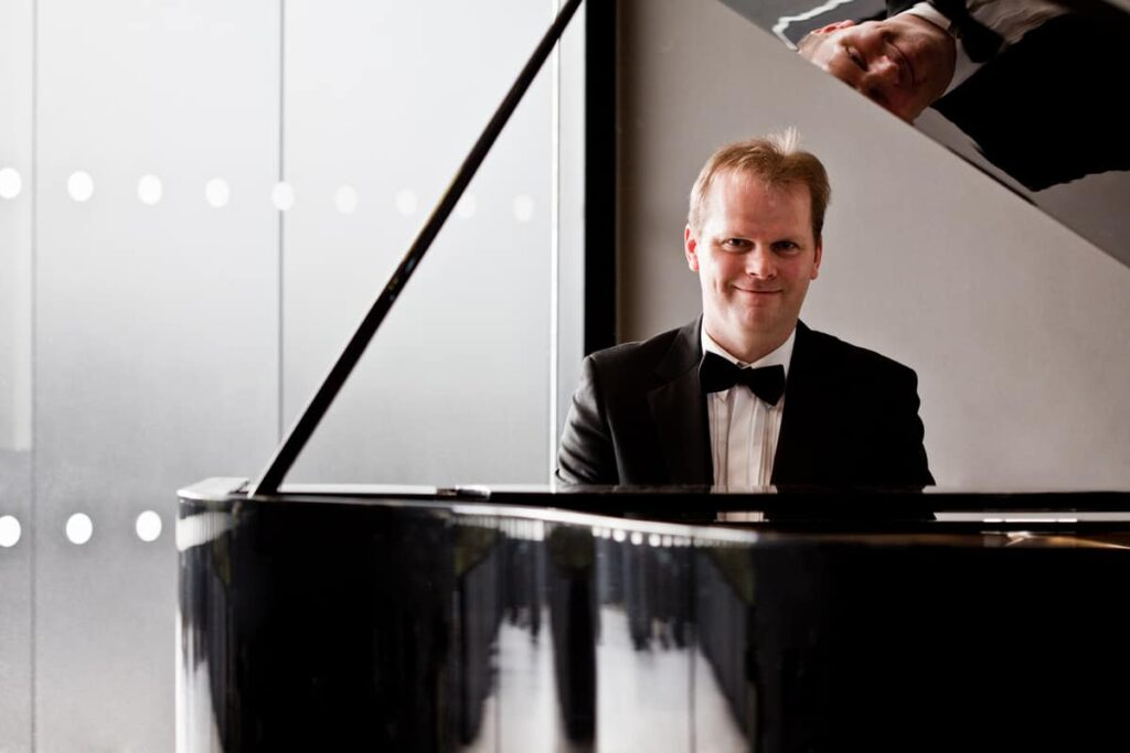 Virtual Valentine's day entertainment available to book including our virtual pianist ready to serenade couples and lovers this valentines day